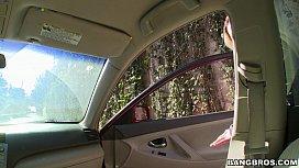 Arabasına binen sarışın kadını ayartıyor