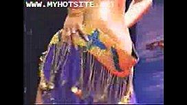Dansöz kadının memeleri izleyenleri büyülüyor