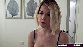 Sarışın olgun kadını mastürbasyon yapmaması için sikiyor.