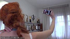 Selfilerle erkek arkadaşını ayağına kadar getirterek kendini siktiriyor
