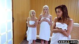 Saunada sikişerek terleyen üç güzeller