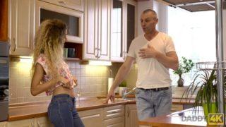 Arkadaşının babasına mutfakta siktiriyor