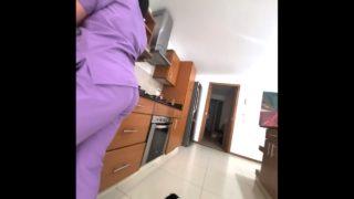 Hemşire sevgilisini mutfak tezgahında sikiyor