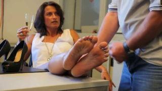 Milf öğretmenin ayaklarını yalayan hademe sert sikti